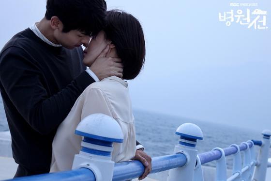 《醫療船》吻戲終於登場,CNBLUE粉絲大讚敏赫賺到了,親到女神河智苑,但也有網友說河智苑吻戲的嘴唇總是「把關很嚴」。KKTV每週四、五上架最新一集。(翻攝自MBC官網)