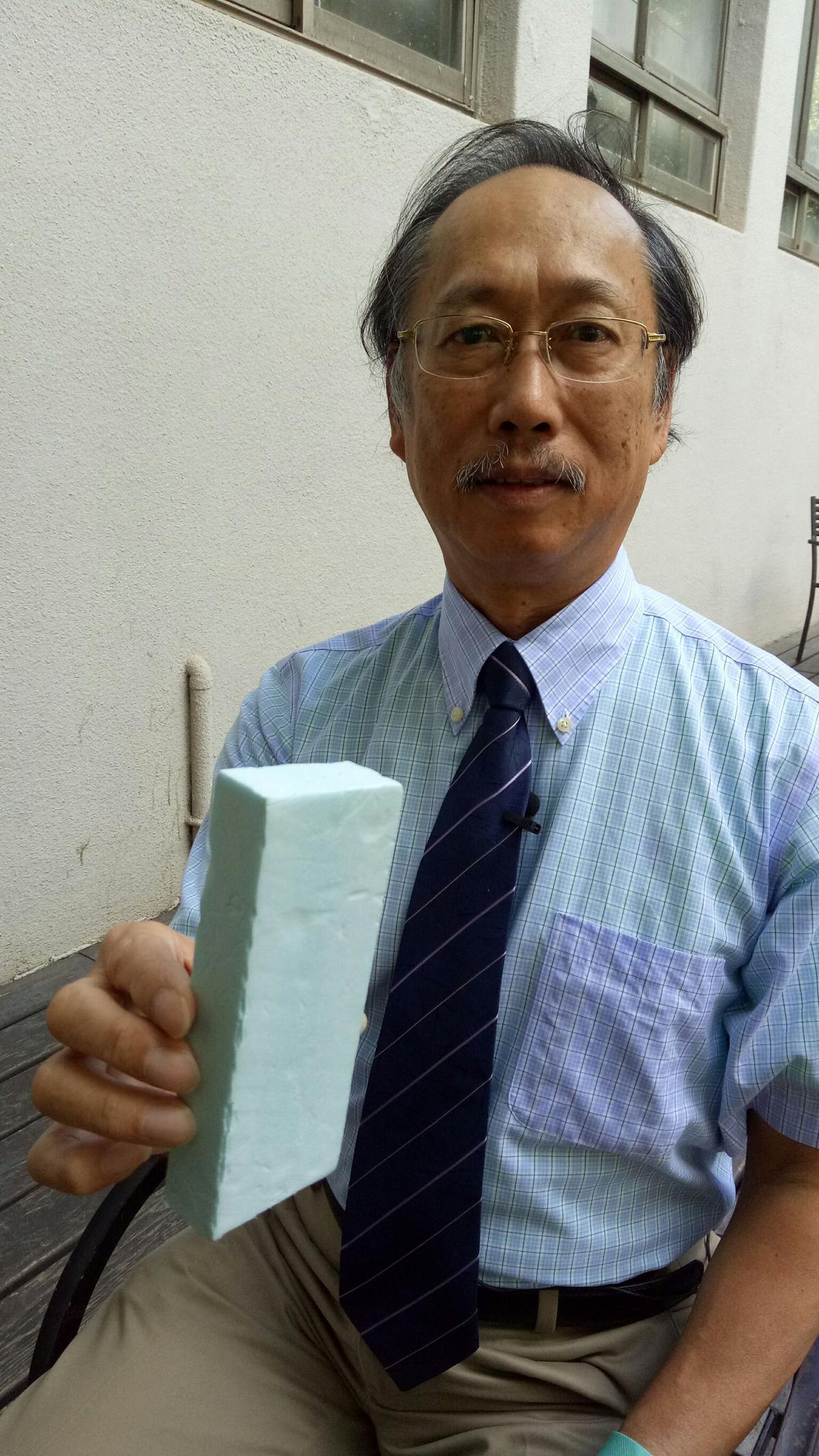 台師大化學系教授吳家誠認為聚乙烯材質具易燃性,不宜當外牆建材使用。