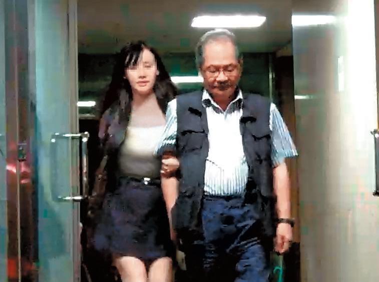 吳乃仁身旁的酒店妹身分令人好奇,有消息傳出她疑似是當紅直播主。 吳乃仁身旁的神秘「爆乳妹」 真實身分讓人吃驚…