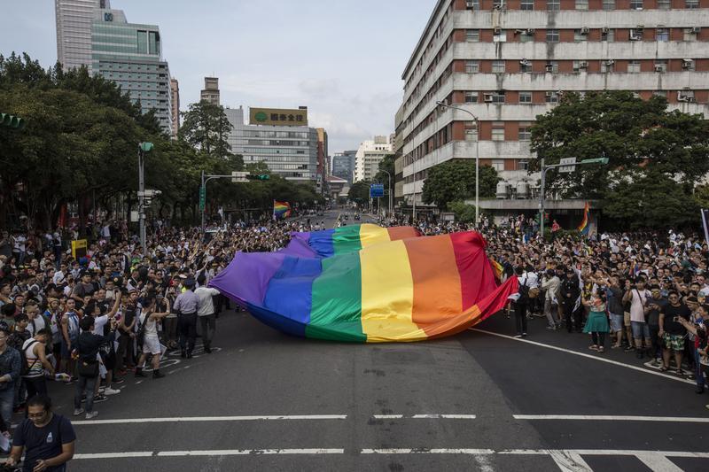 同志遊行萬人上街 彩虹旗飄揚凱道