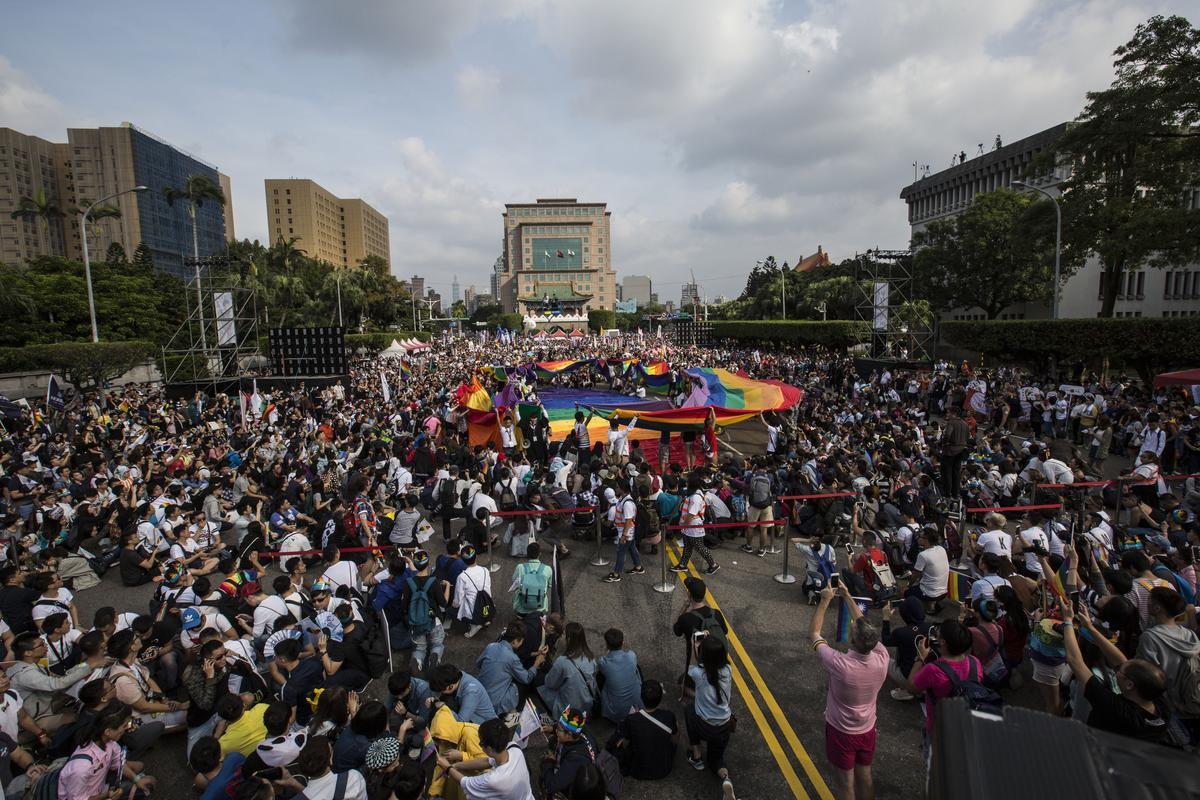 同志遊行開始前,先在凱道上舉辦彩虹繞台灣的地景活動,象徵這片土地的住民都能彼此尊重多元性別。
