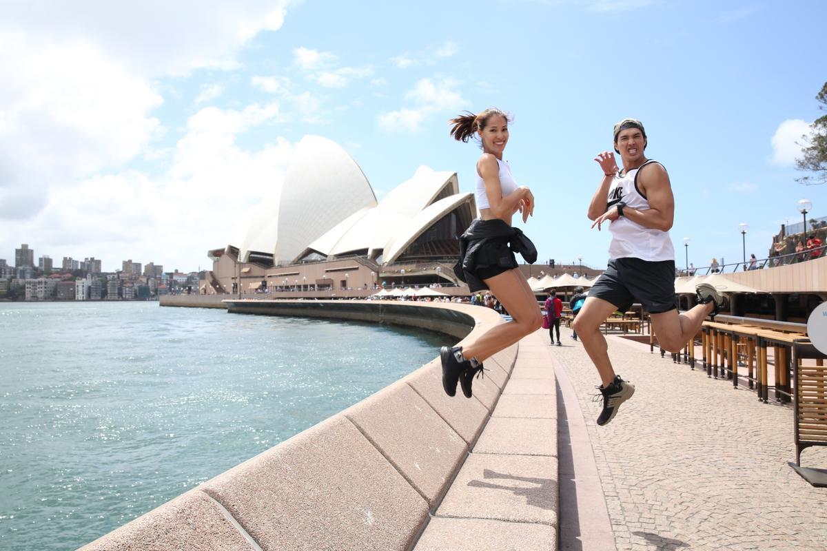 錦榮與Akemi在雪梨大橋出外景。(亞洲娛樂台提供)