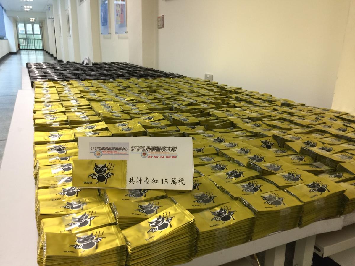 彭男設計的毒咖啡包裝袋,涉有幫助犯嫌疑,訊後依違反《毒品危害防制條例》送辦。