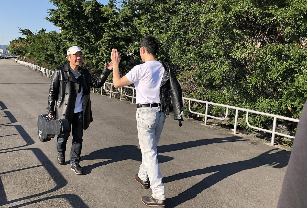 趙傳找來許時豪在MV中扮演年輕時的自己,2人還在平行時空中相遇。(旋風音樂)