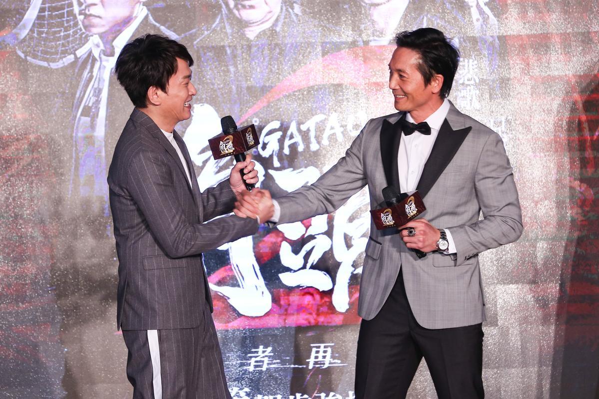 《角頭2》兩大山頭王識賢(左)與鄒兆龍(右),在台上重現片中「鬥陣ㄟ」的友好招牌動作,打破不合傳言。
