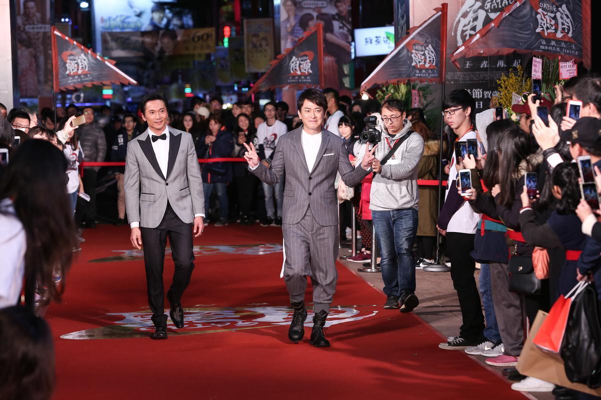 王識賢(中)與鄒兆龍(左)終於又在宣傳活動上合體,但2人在走紅毯時卻相隔老遠,沒有太多互動。