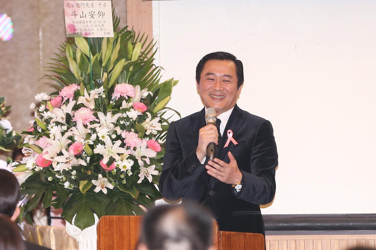 與乾德門情同父子的湯志偉在告別式上擔任引言角色。