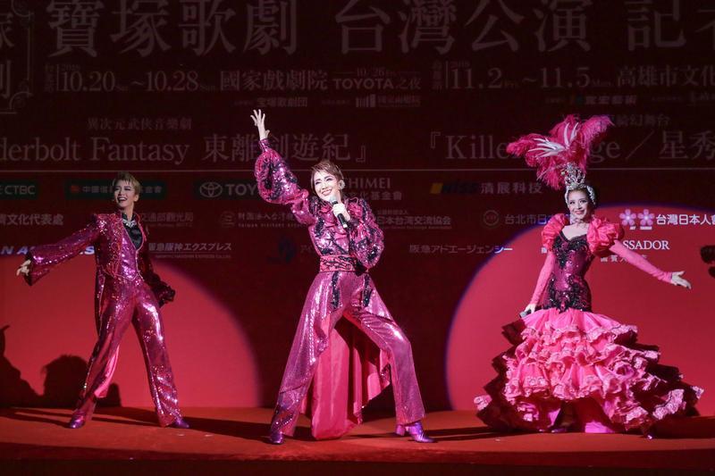 這回大玩布袋戲哏!寶塚歌劇來台演出飄台味