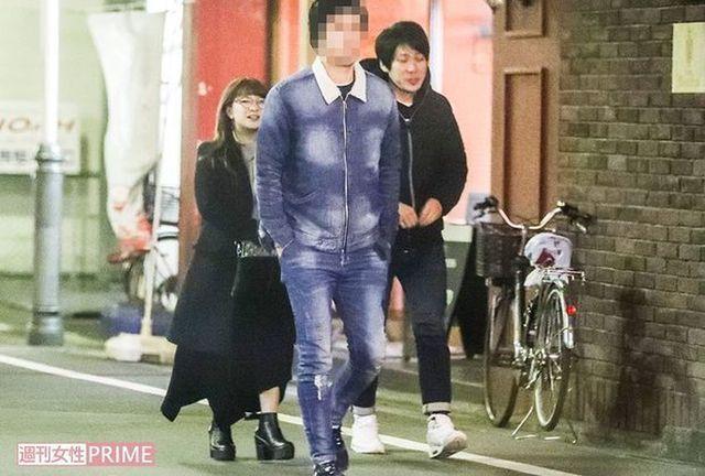 矢口真里(左)日前被拍到與男友梅田賢三約會吃燒烤。(翻攝自《週刊女性》)