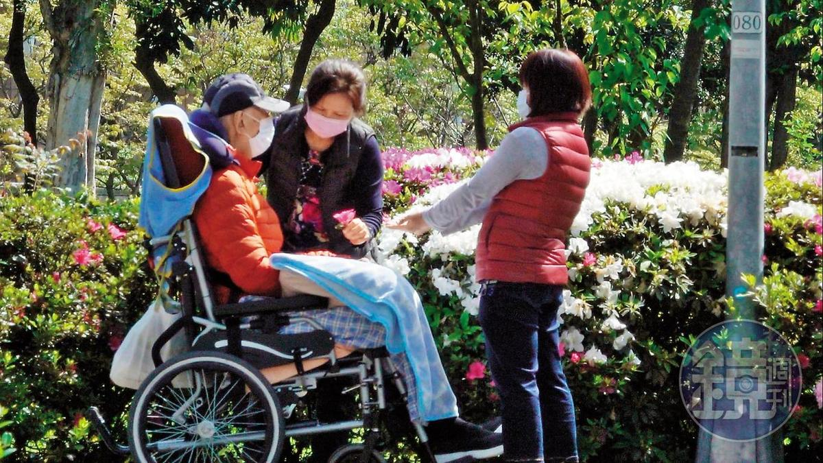 已在振興醫院治療多年的王羽(左),行動都需要仰賴看護的協助。