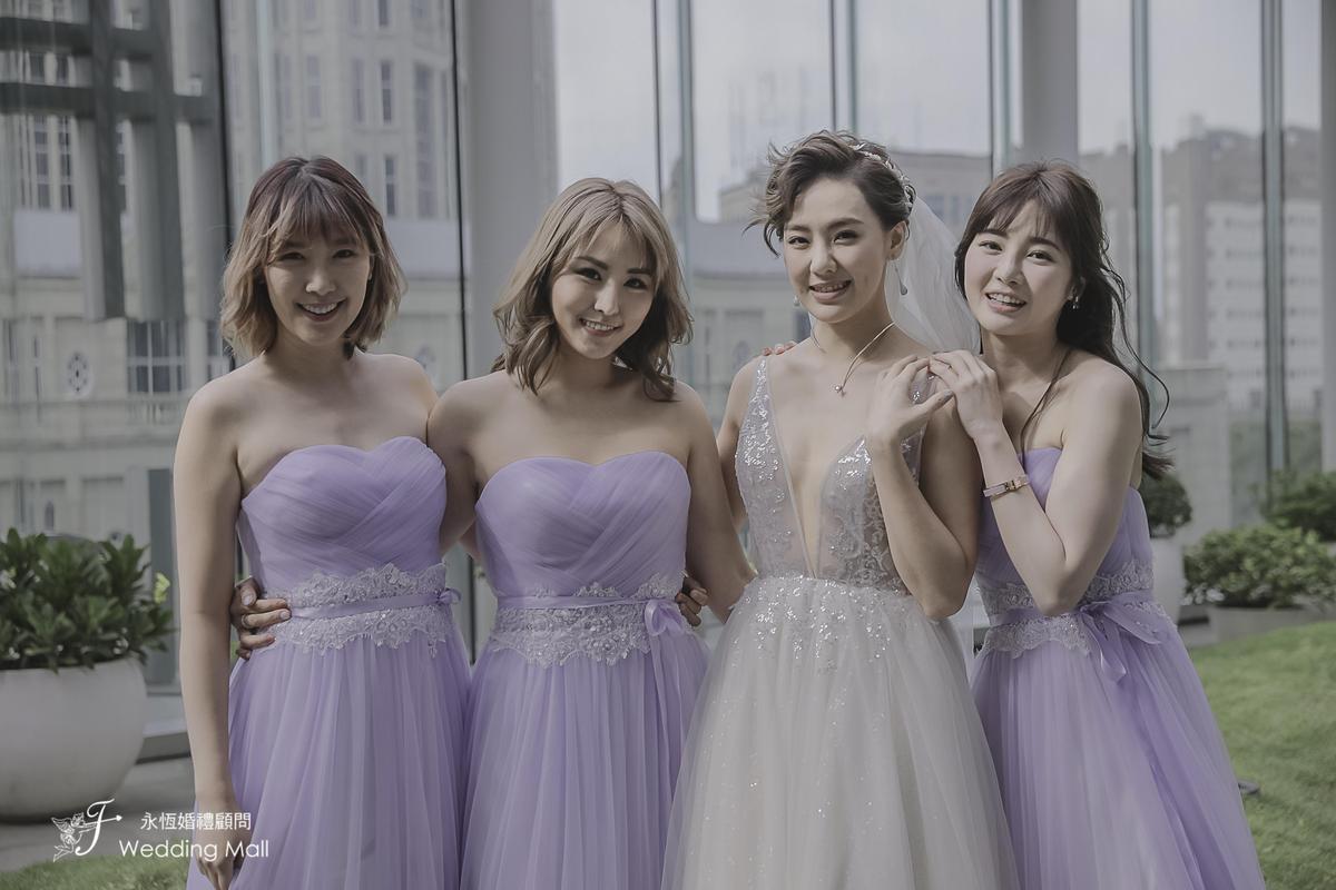李懿(左一)、舒子晨(左二)以及表妹Dime(右一),擔任劉雨柔的伴娘。(米兔哥娛樂)