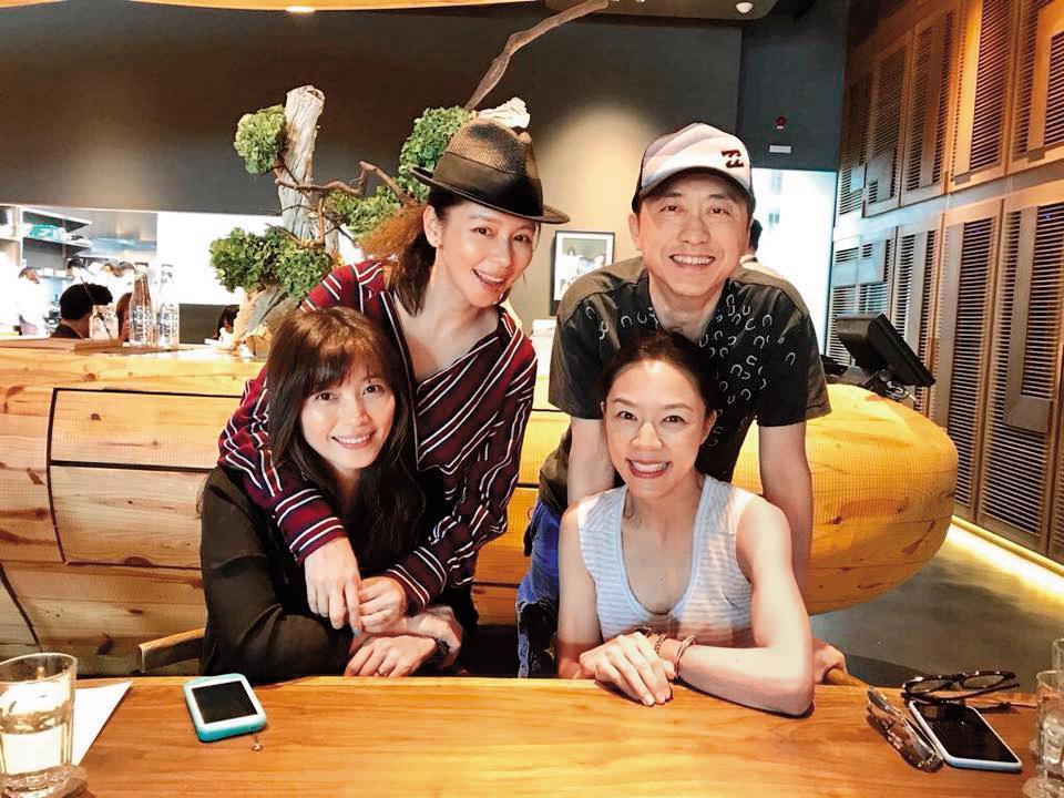 哈林去年與張嘉欣(前排右一)夫妻倆一同和徐若瑄(後排左一)相約吃飯,過去的他鮮少會與圈內朋友和另一半聚餐。(翻攝自徐若瑄粉專)