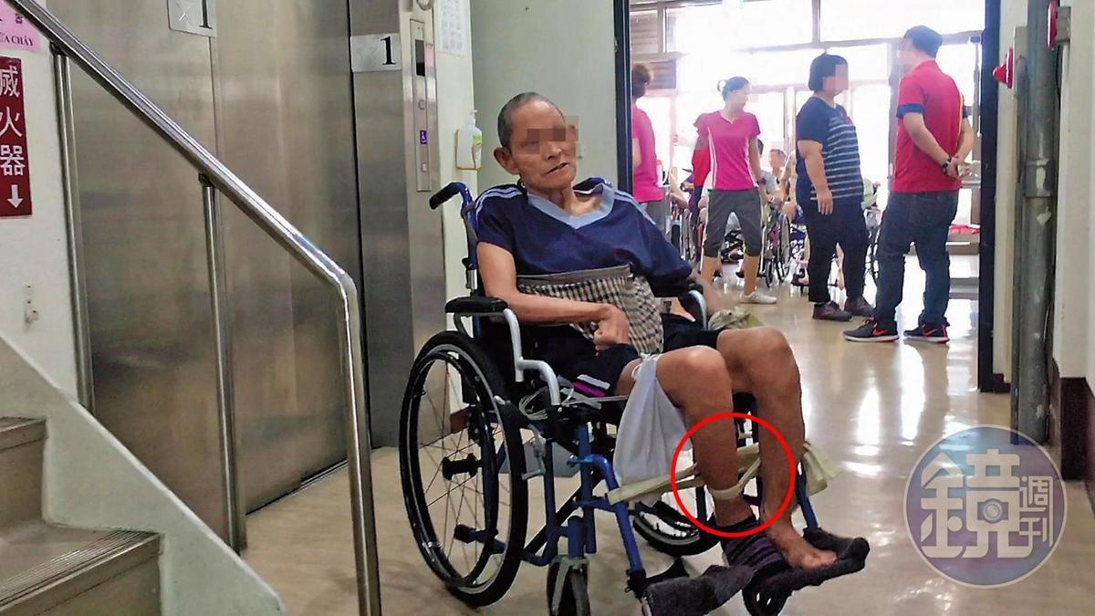 下午2點,記者看到長生老人養護中心內有多名老人的手或腳被束帶綁住。