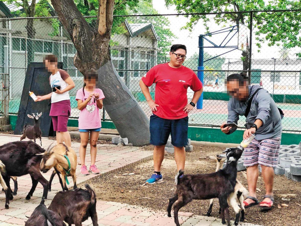 山上國中飼養十幾隻山羊幫忙除草,江宇倫將飼養過程當成生命教育,導正行為偏差學生,獲得不少好評。(翻攝自江宇倫臉書)