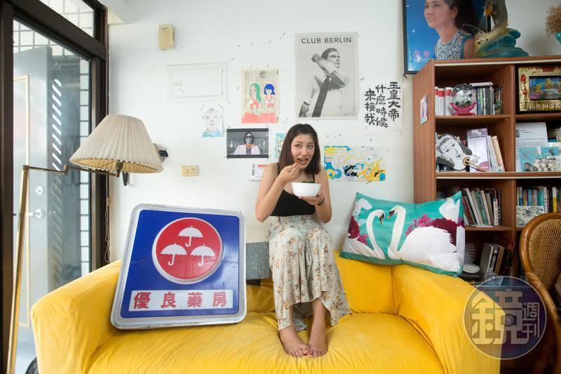 藝術家倪瑞宏的客廳充滿有趣的「垃圾」,這個燈箱是前男友從廢墟撿來送她的。 金曲獎插畫家 是宮廟認證的仙女?