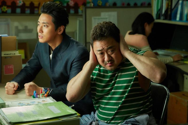 朱智勛(左)與馬東石在《與神同行:最終審判》中有精釆的對手戲,但實際拍攝時卻趣味橫生。 馬東石瞇瞇眼太萌 解怨脈只好「看腳打架」
