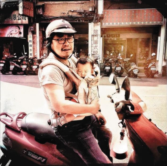 4年多前,吳耀東當了父親,跟兒子時常有親密的肢體互動,更讓他體會到內在的溫柔與愛。(吳耀東提供)