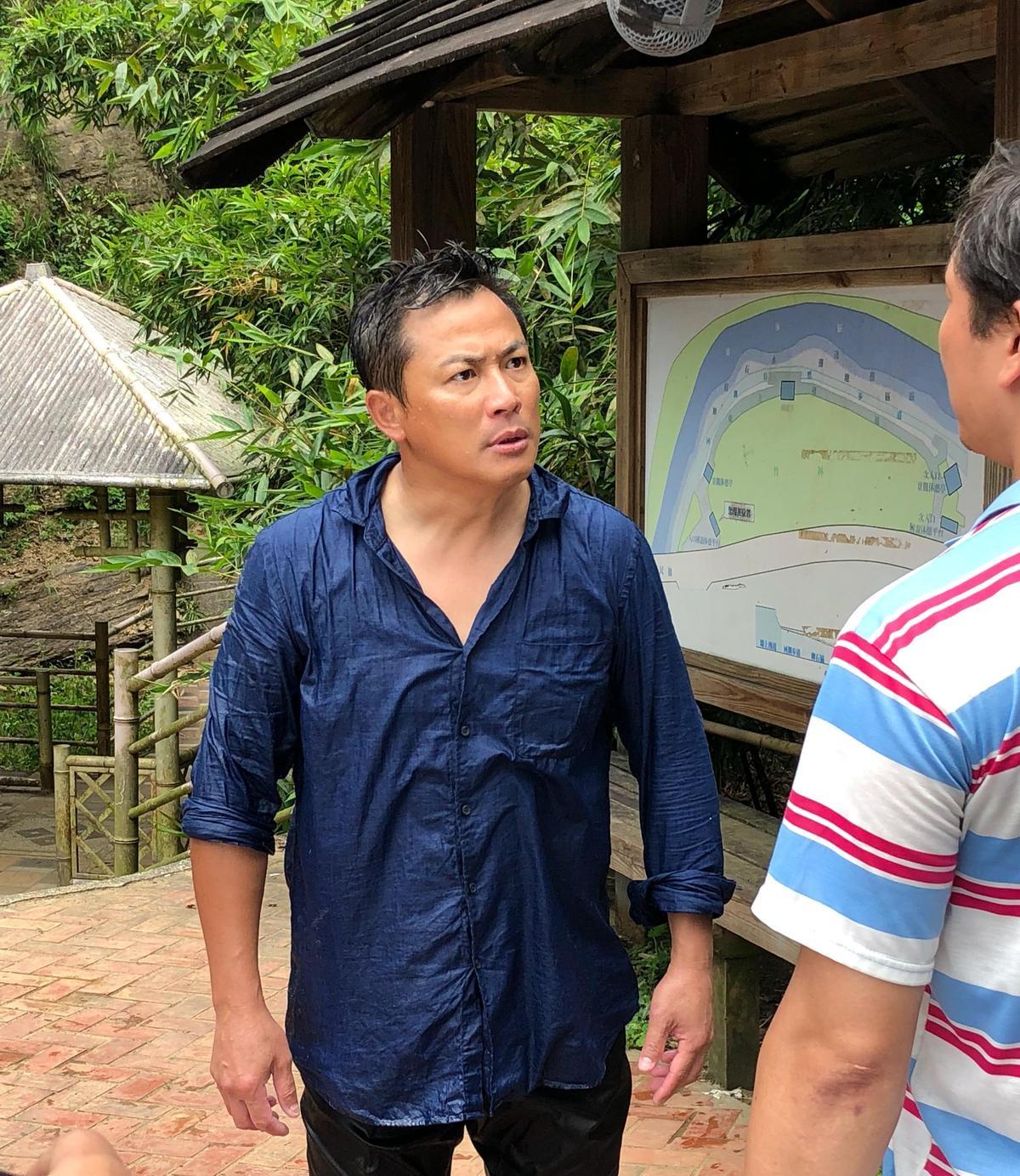 江宏恩演出落水戲,變得很狼狽。