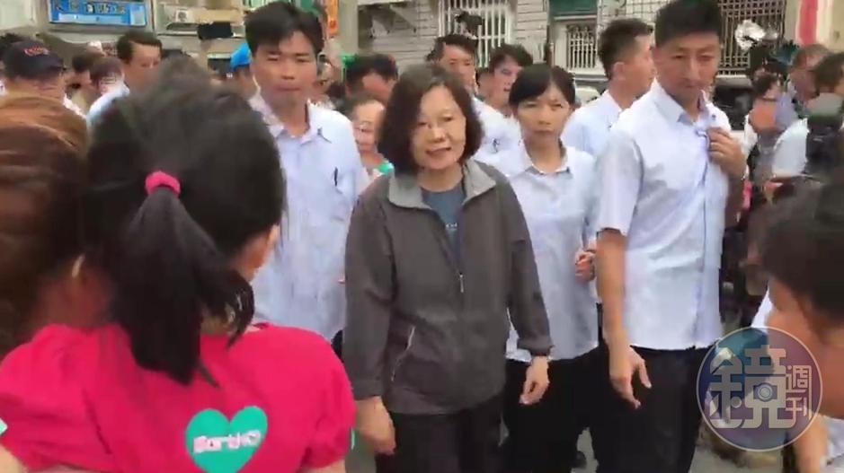 總統蔡英文突改台南勘災行程,轉往嘉義永安里,全程徒步視察。
