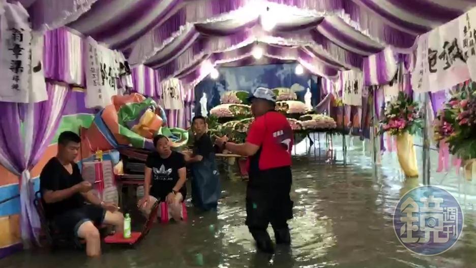 靈堂全泡水中,喪家苦無人幫忙出殯,所幸救生協會願意幫忙走水路八公里,將棺木運出災區。