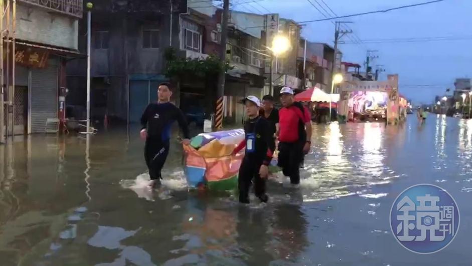 嘉義飽受淹水之苦,救生協會救活人也幫死人,挺身幫喪家運棺木出殯。