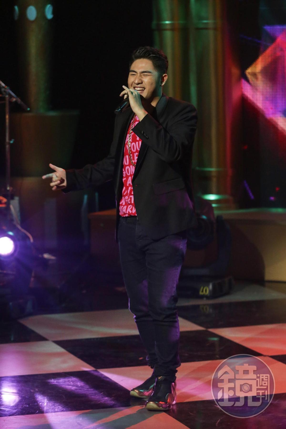 鹿希派上節目宣傳專輯,彈琴又獻唱,展現音樂實力。