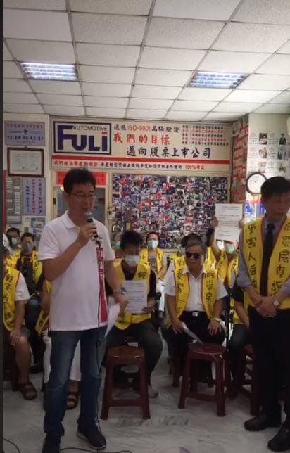 台北市議員李慶元開直播控訴中華地政事務所涉買屋詐騙。(翻攝臉書)
