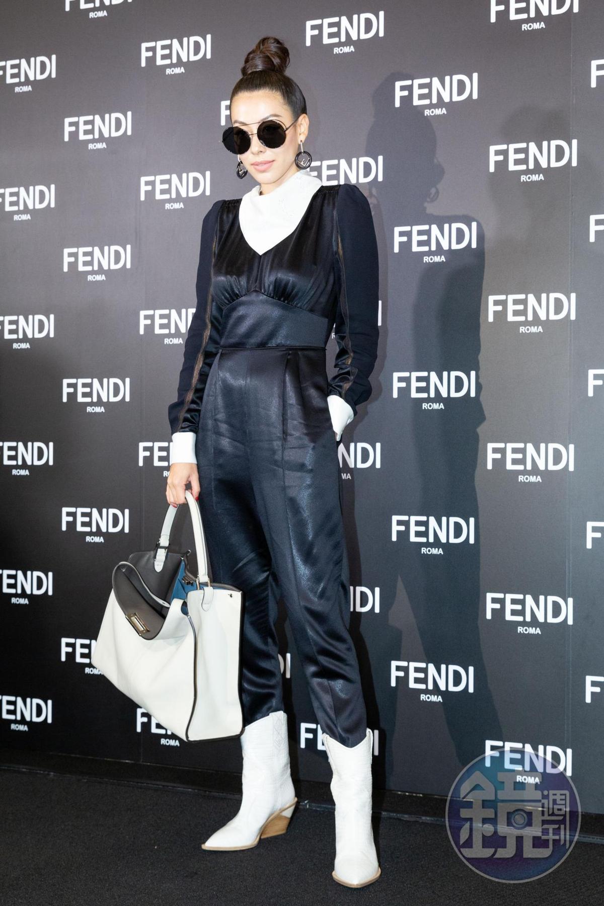 蔡詩芸穿著黑色連身褲搭配FF logo短靴NT$40,900、Peekaboo x lite白色肩背包NT$146,000。