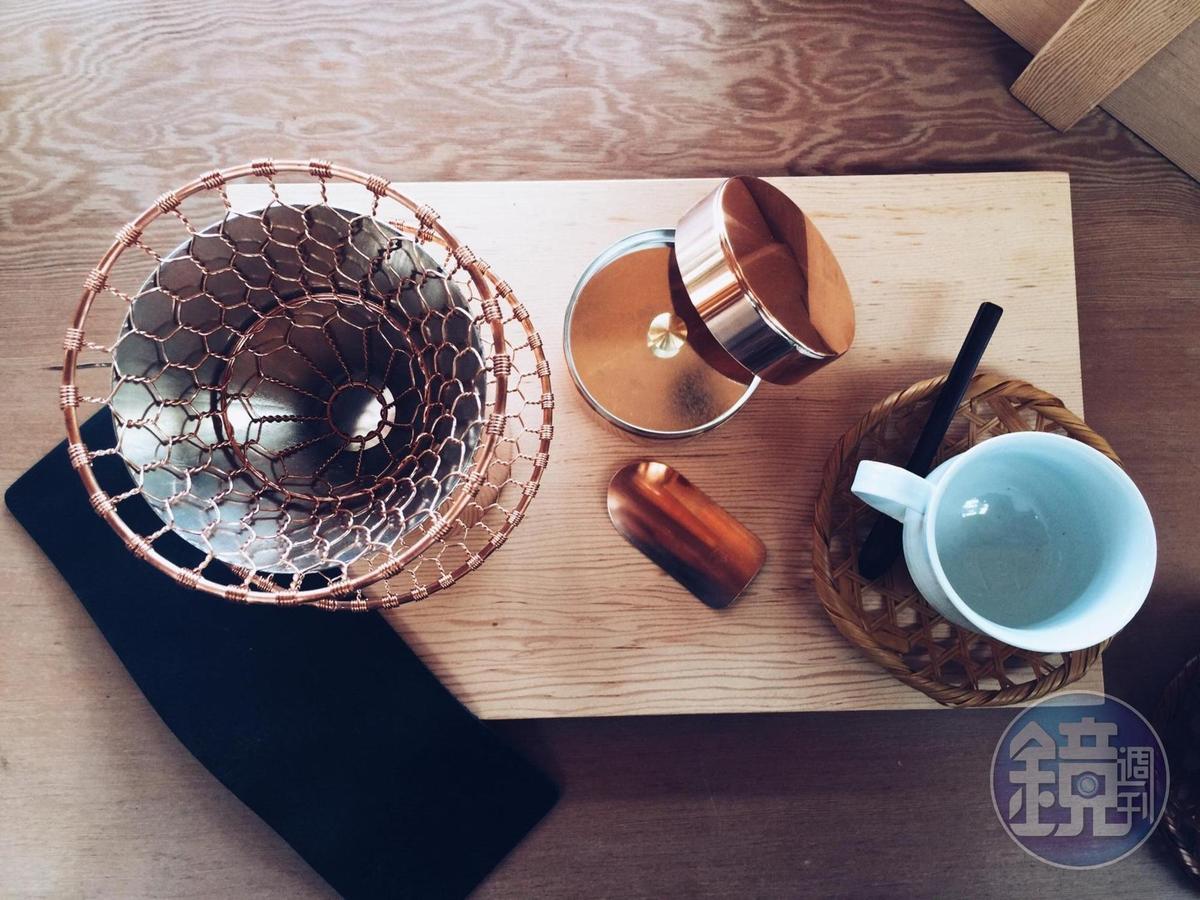 森/CASA推出台灣限定京都職人手沖咖啡組,內含四家名店:開化堂的手沖咖啡下壺、金網つじ的紅銅濾杯、朝日燒的咖啡杯與公長齋小菅的竹編杯墊。