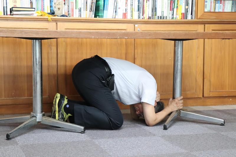 圖/台灣抗災資訊網提供 閣員、縣市長親示範地震防災 柯文哲姿勢最標準
