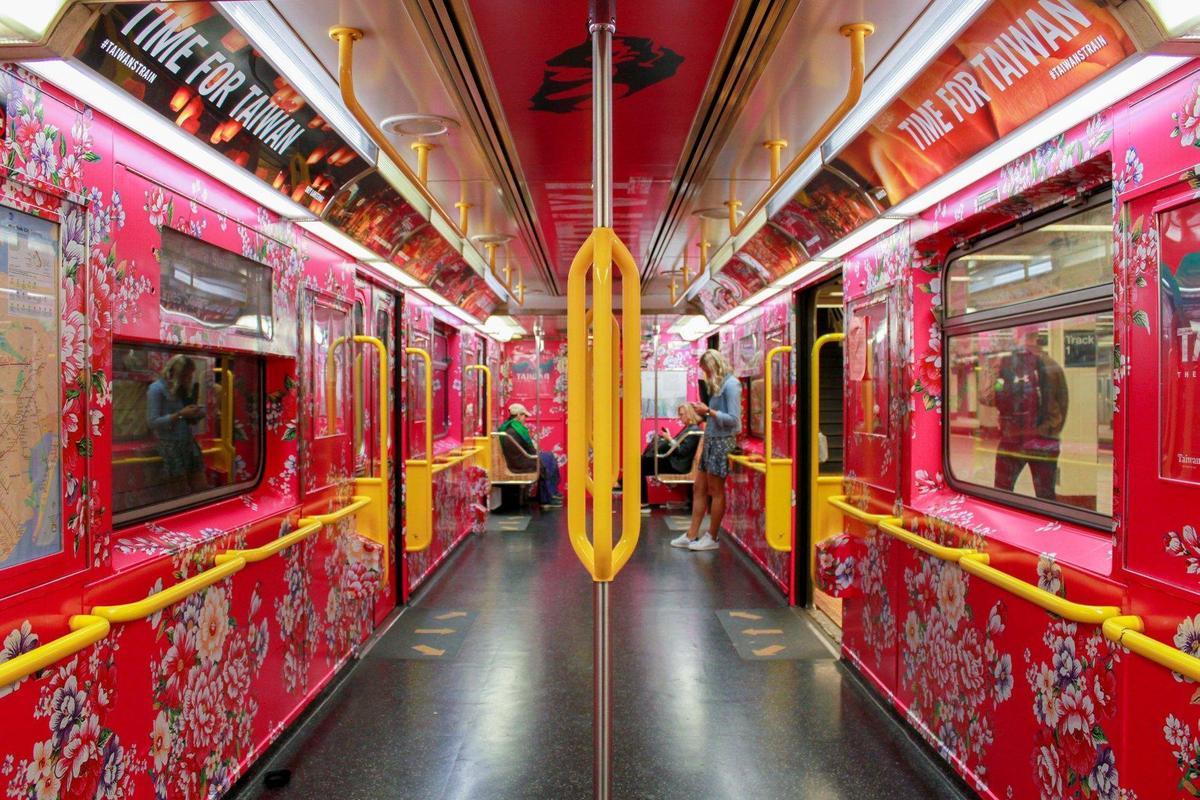 內車廂設計則是由旅美視覺藝術家江孟芝操刀,由客家花布為背景,反映台灣的紡織文化。(翻攝江孟芝臉書)