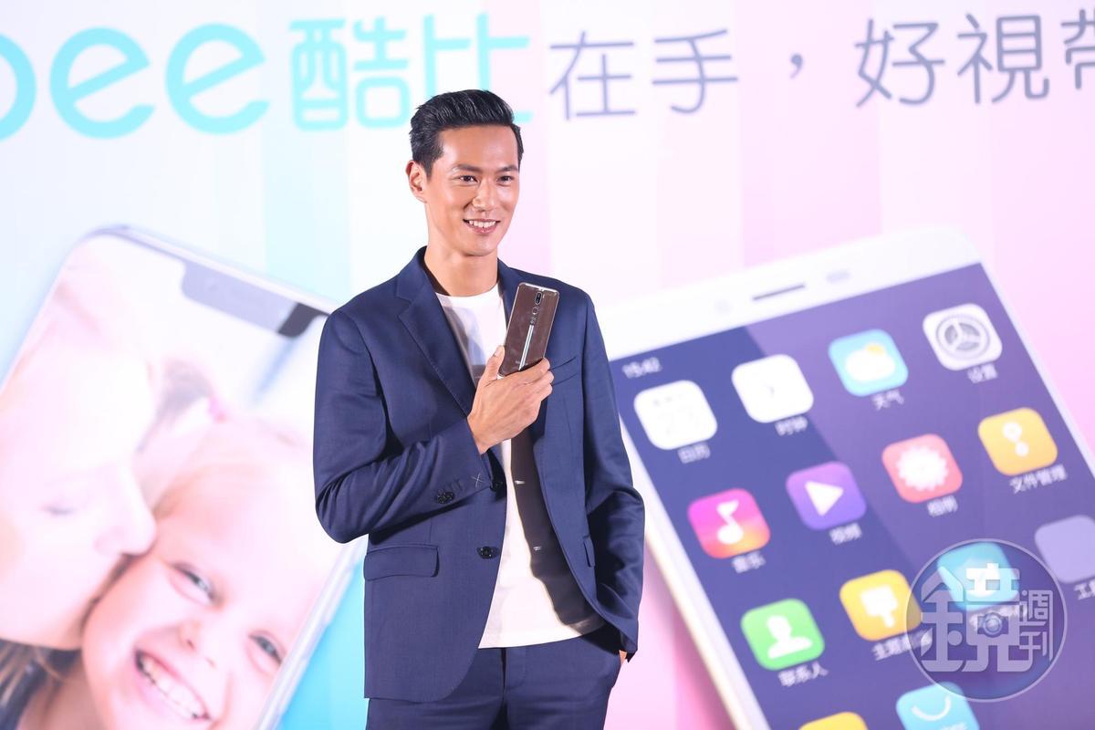 有了寶貝兒子之後,鍾承翰手機裡都是兒子的照片。