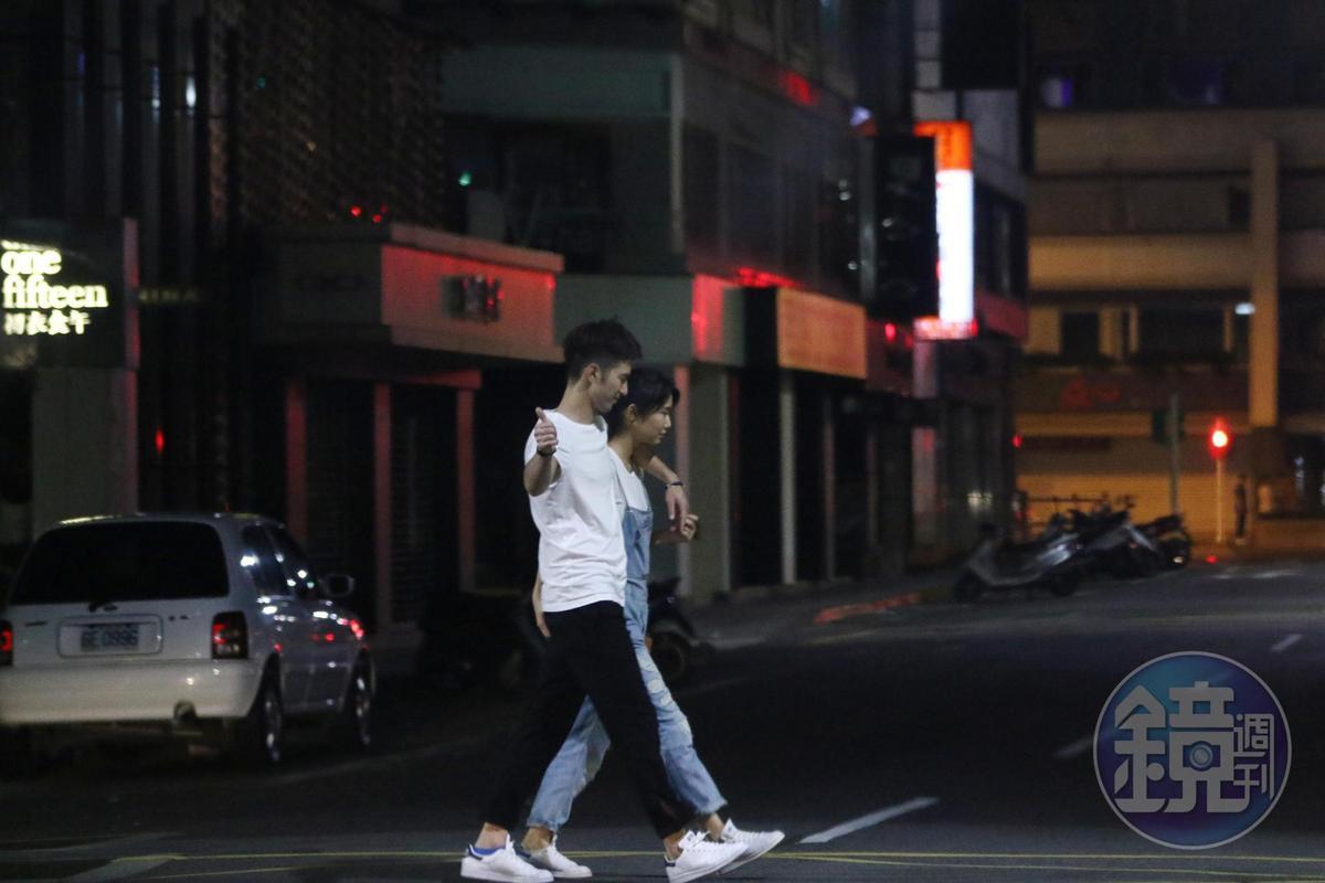 簡宏霖和國際品牌簽約合作,合約中明訂禁止抽菸喝酒被拍到,卻在去年被本刊直擊醉擁女友,還一邊抽菸。