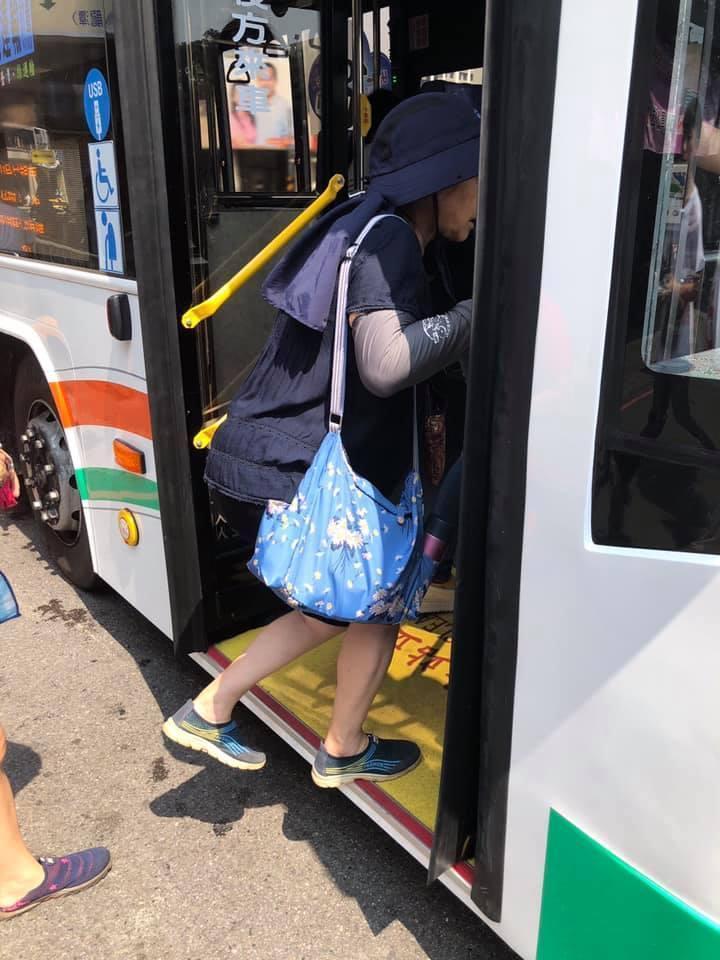 陳姓網友的母親每天坐半小時以上公車去抓黑蛋。(翻攝臉書社團精靈寶可夢社團Pokemon GO)