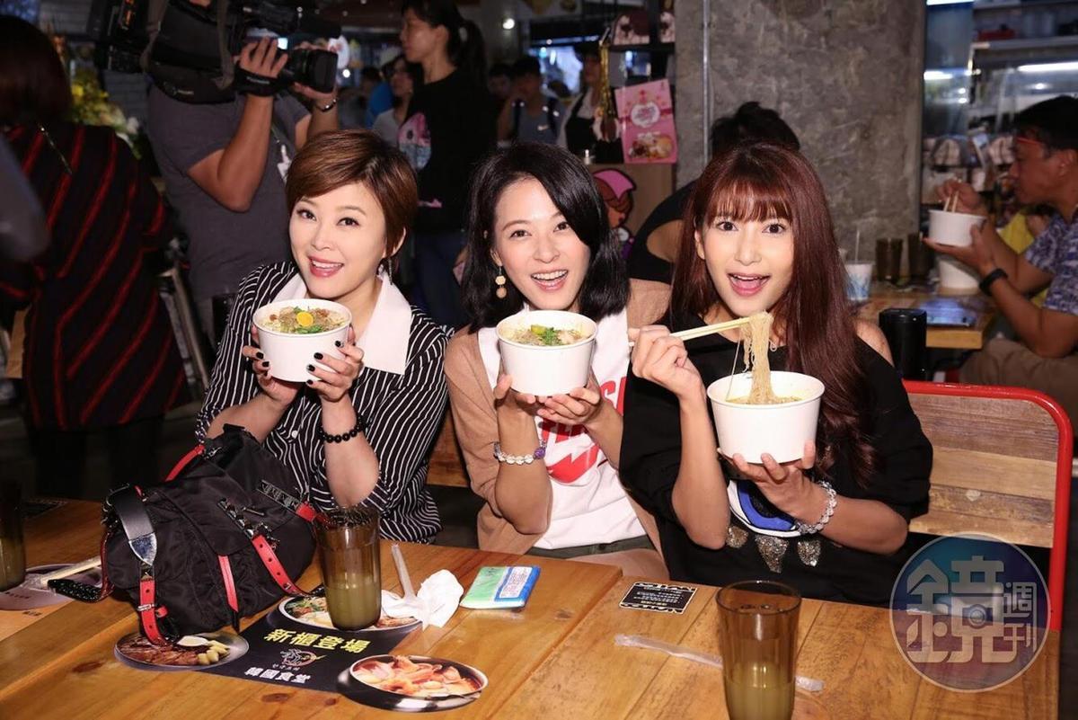 民視三朵花方馨(左起)、蘇晏霈、樓心潼都很愛吃艾成店裡的食物。