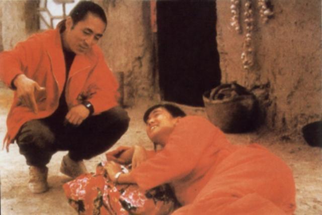 當年張藝謀與鞏俐在《紅高粱》的拍攝現場。(前景娛樂提供)