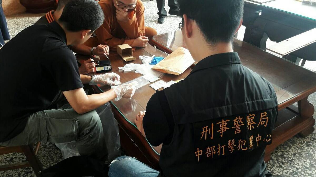 警方上崇佛寺抓人時,住持大聲示警,但開泓仍被警方帶回偵辦。(警方提供)