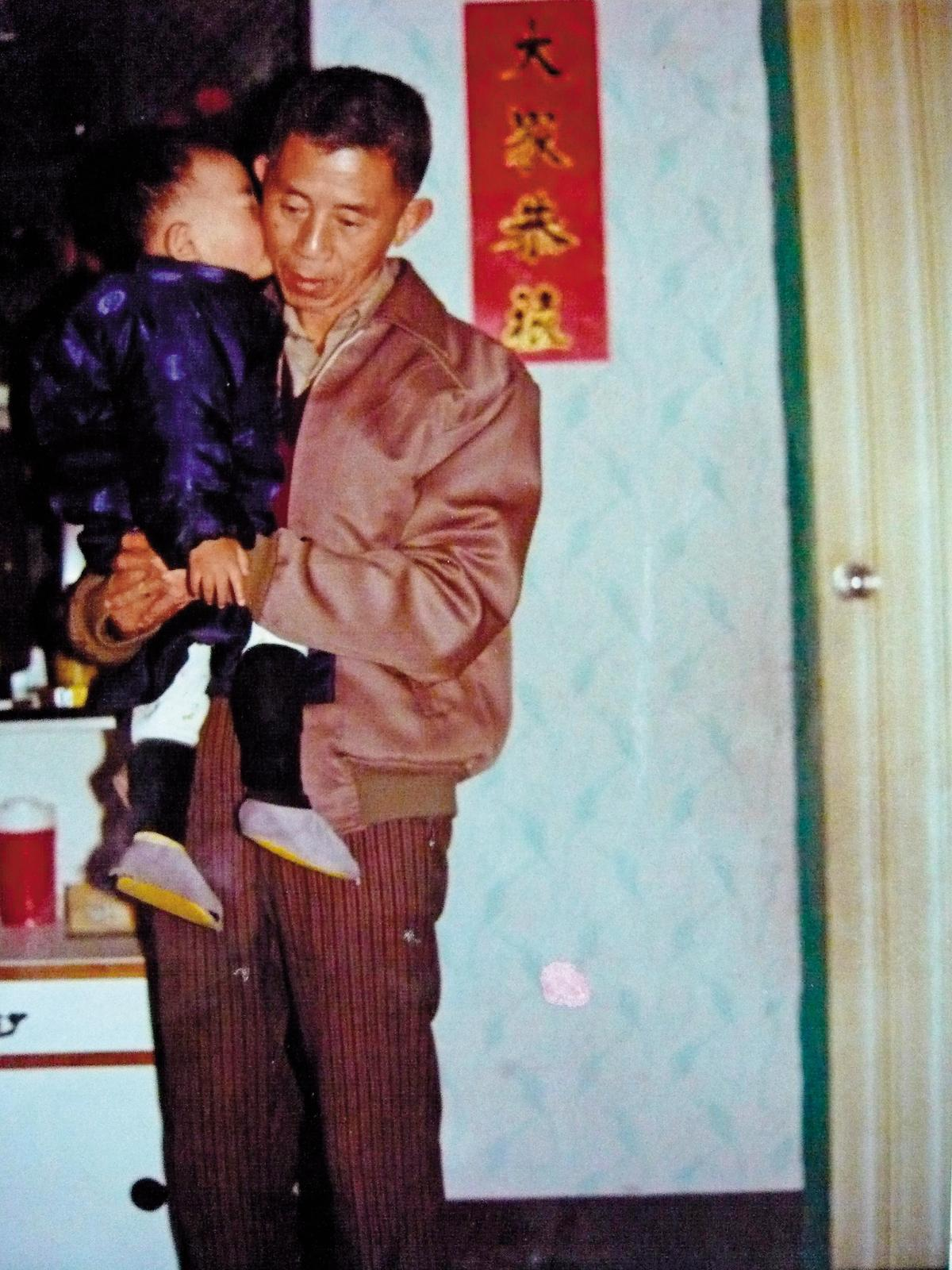徐志雲是父親55歲才生下的孩子,如此親密的擁抱也只存在於年幼時,日漸成長後,父子關係漸漸崩壞疏離。(徐志雲提供)