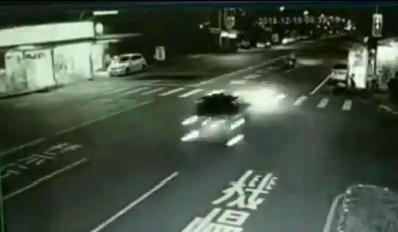 監視器還原驚悚瞬間,顯示小轎車車速相當快,閃避機車後衝撞對向店家。(警方提供)