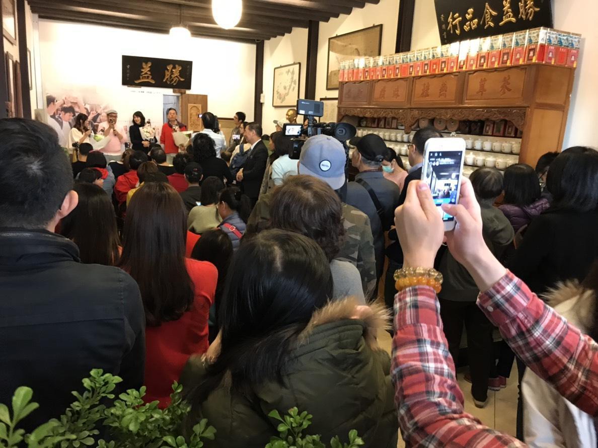 《雙城故事全記錄》簽書會現場擠滿粉絲。(民視提供)