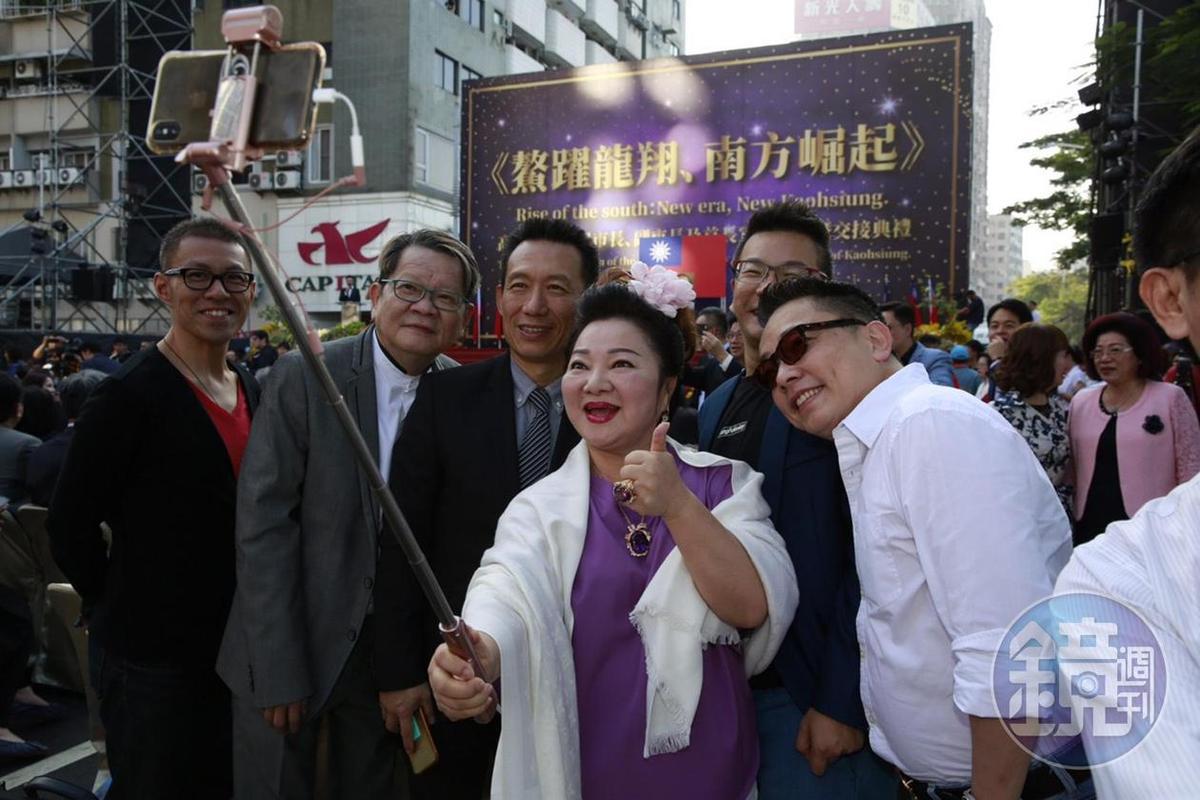 高雄市長就職典禮星光閃閃,藝人白冰冰和鄭進一沈玉琳、還有詹惟中和郭子乾。