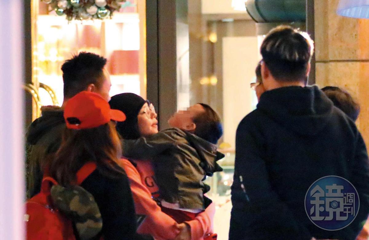 12月19日18:31,小V寶鬧起彆扭不肯乖乖拍照,徐若瑄一把抱起兒子安撫非常有耐心。