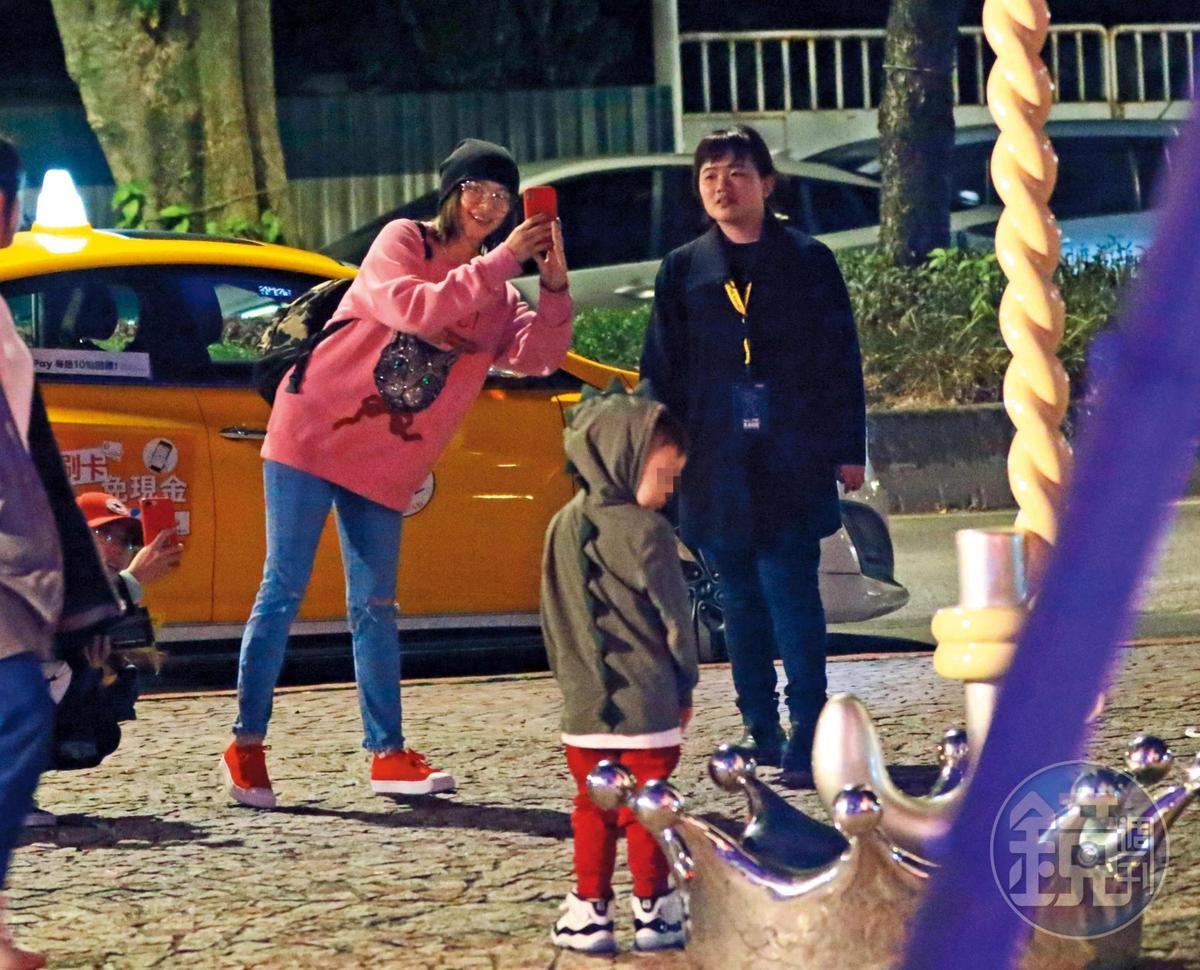12月19日18:37,徐若瑄拿起手機要幫兒子拍照,看到小V寶可愛模樣滿臉笑容。