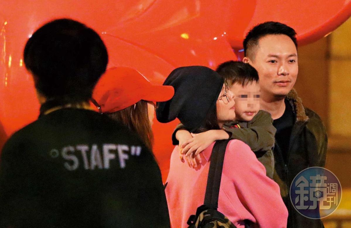 12月19日18:33,徐若瑄一路抱著兒子看展,李雲峰在旁身形明顯大了一圈壯碩不少。