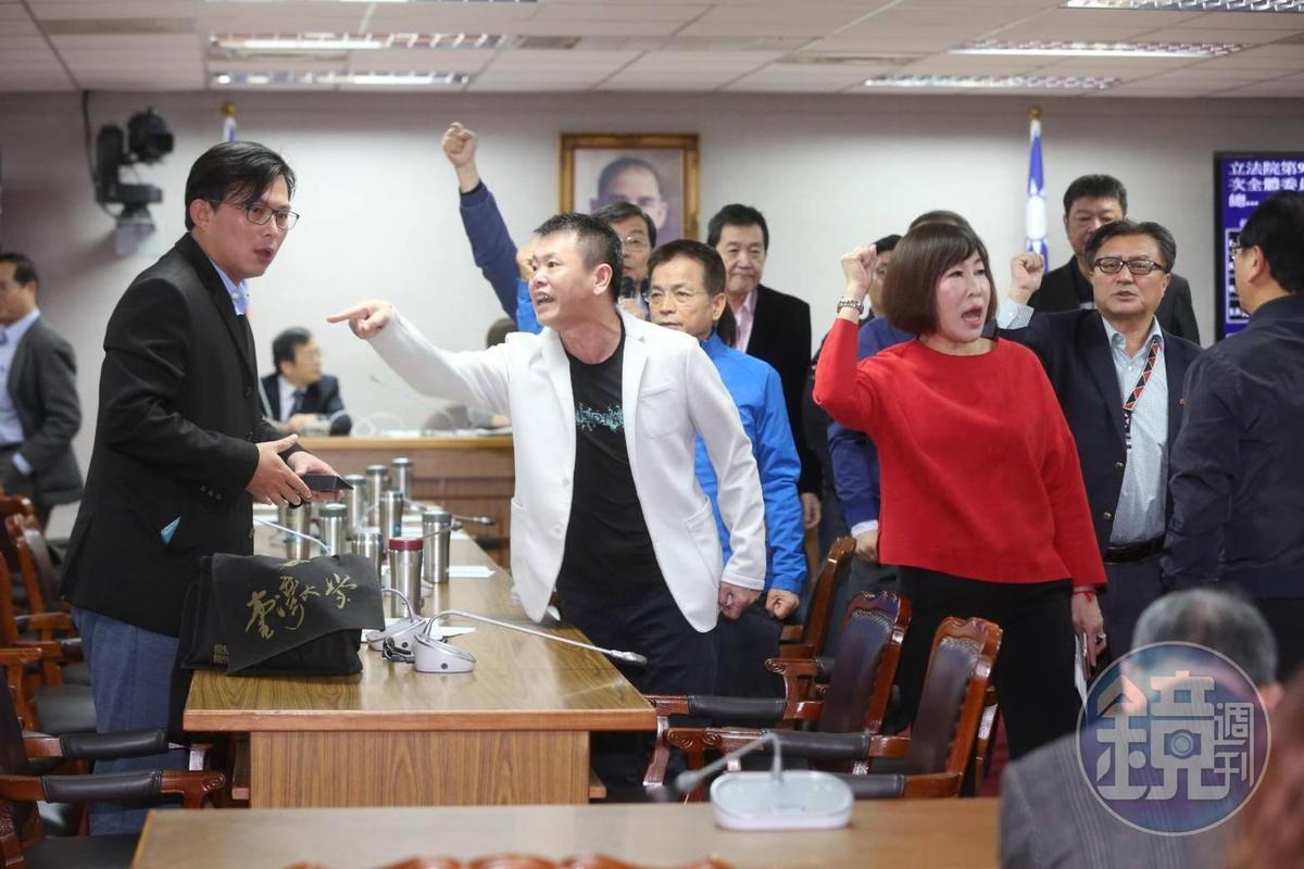 時代力量立委黃國昌今在司法委員會抨擊藍綠打假球。