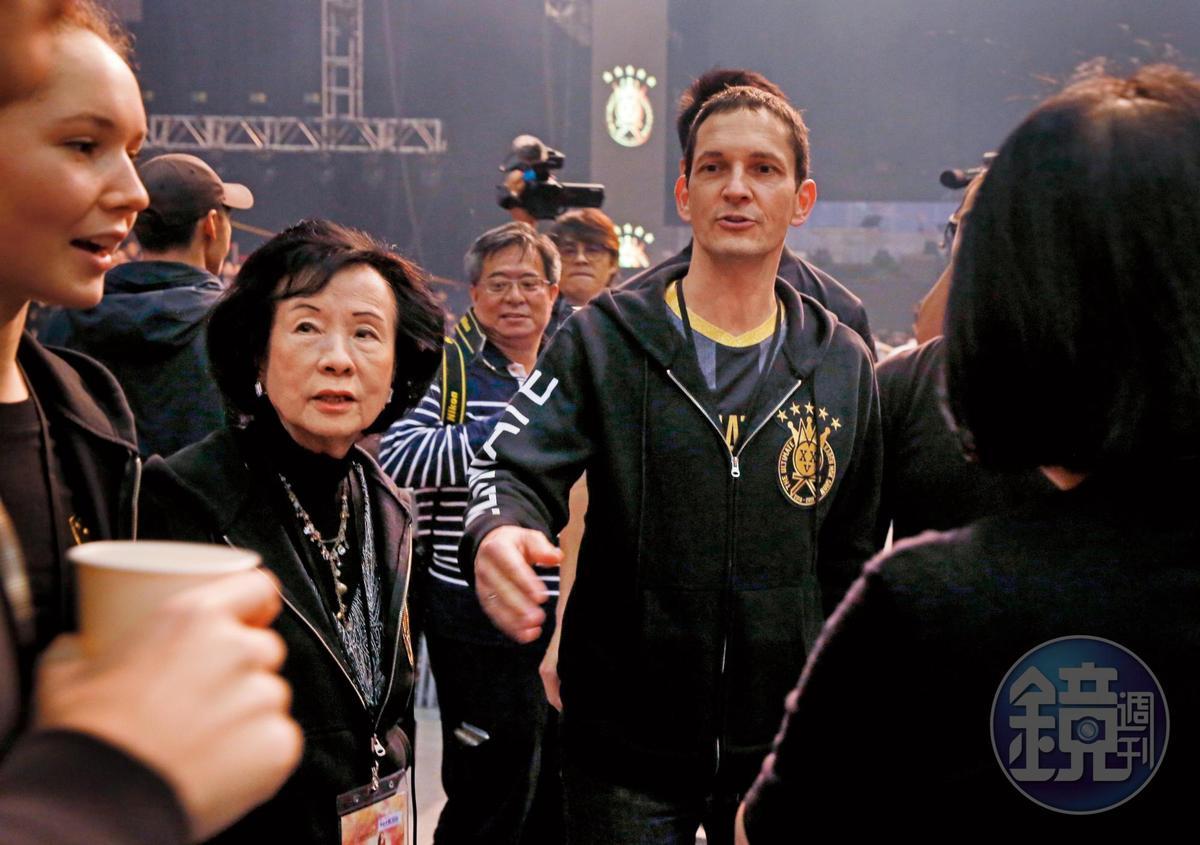 洋尪Johannes(右)跟莫文蔚的媽媽(左)在台下觀賞演出。