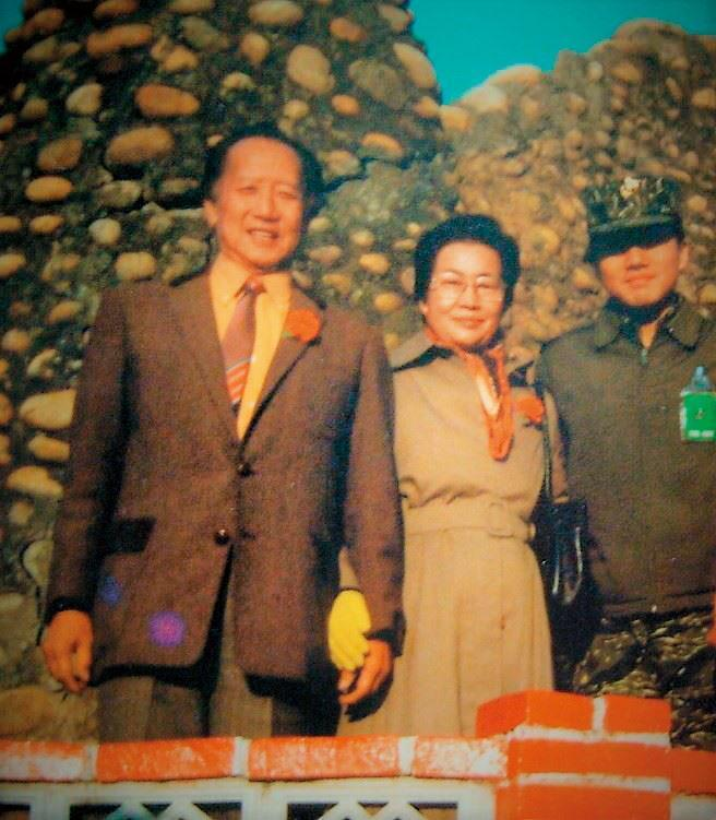 陳銘驤(右)軍校畢業後擔任陸戰隊排長,邀請父母來台中清泉崗基地遊玩。(陳銘驤提供)