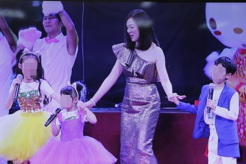 圖/鏡週刊 鴻海尾牙高潮!曾馨瑩攜3子女「學貓叫」:老公辛苦了