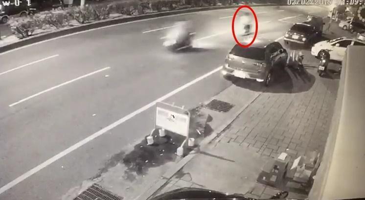 彭姓男大生遠遠就在閃避逆向的休旅車,沒想到還是被撞死,父親趕到警局悲痛萬分。(警方提供)