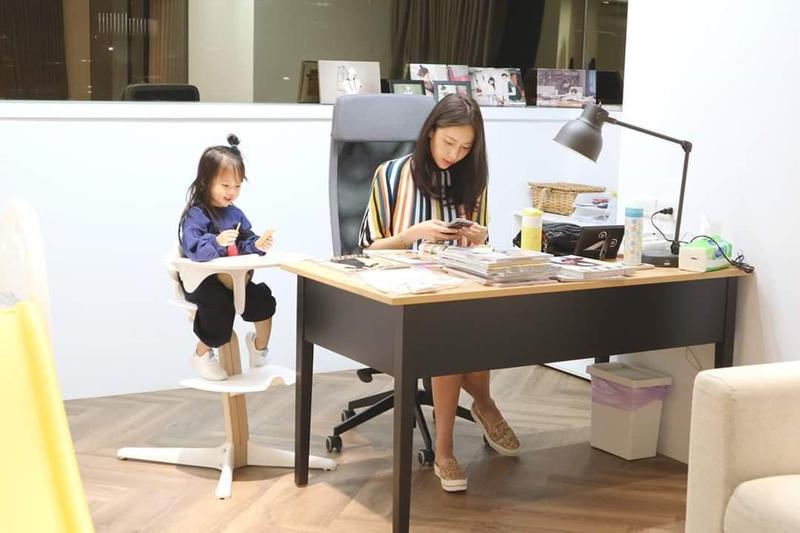 圖/鏡週刊 抱熊熊和隋棠一起上班 2歲Lucy奶音喊:麻麻抱~